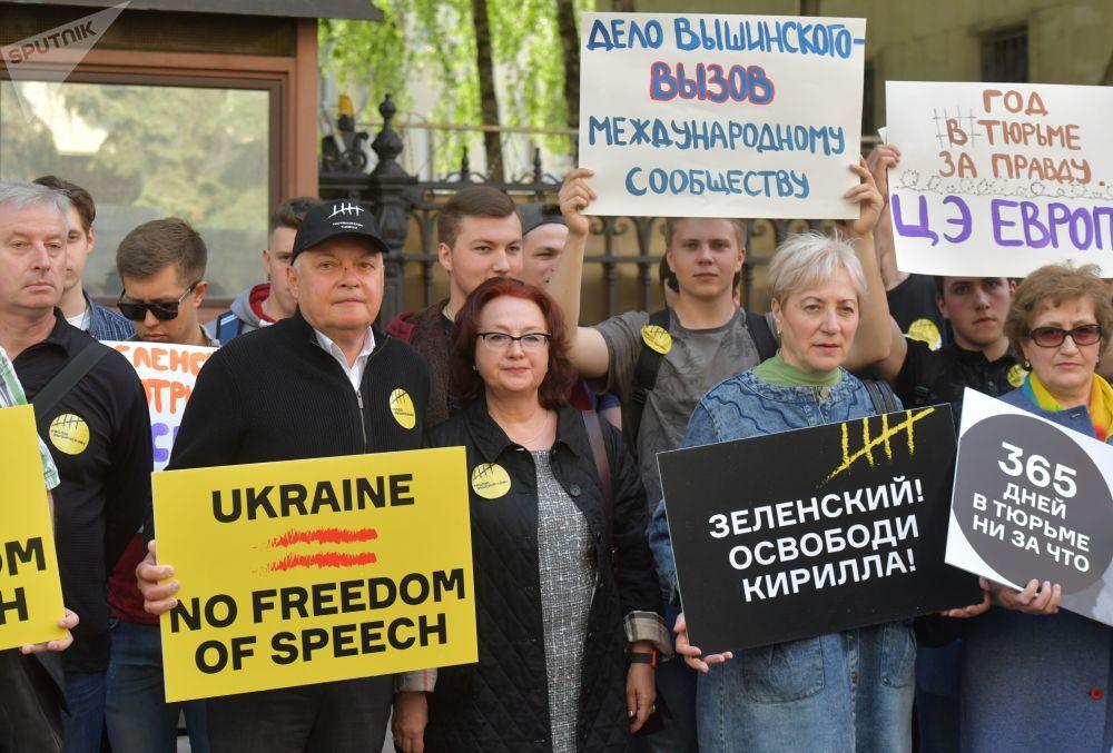 Генеральный директор МИА Россия сегодня Дмитрий Киселев (второй слева) во время акции в поддержку Кирилла Вышинского у здания посольства Украины в Москве