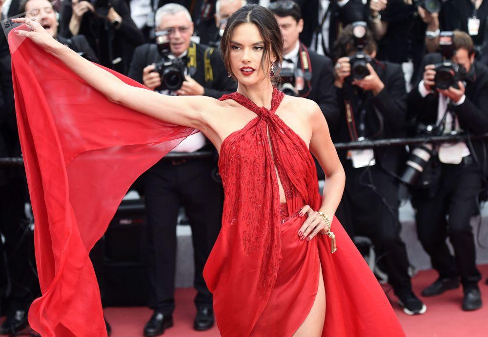 Бразильская супермодель и актриса Алессандра Амбросио на красной дорожке 72-го Каннского международного кинофестиваля