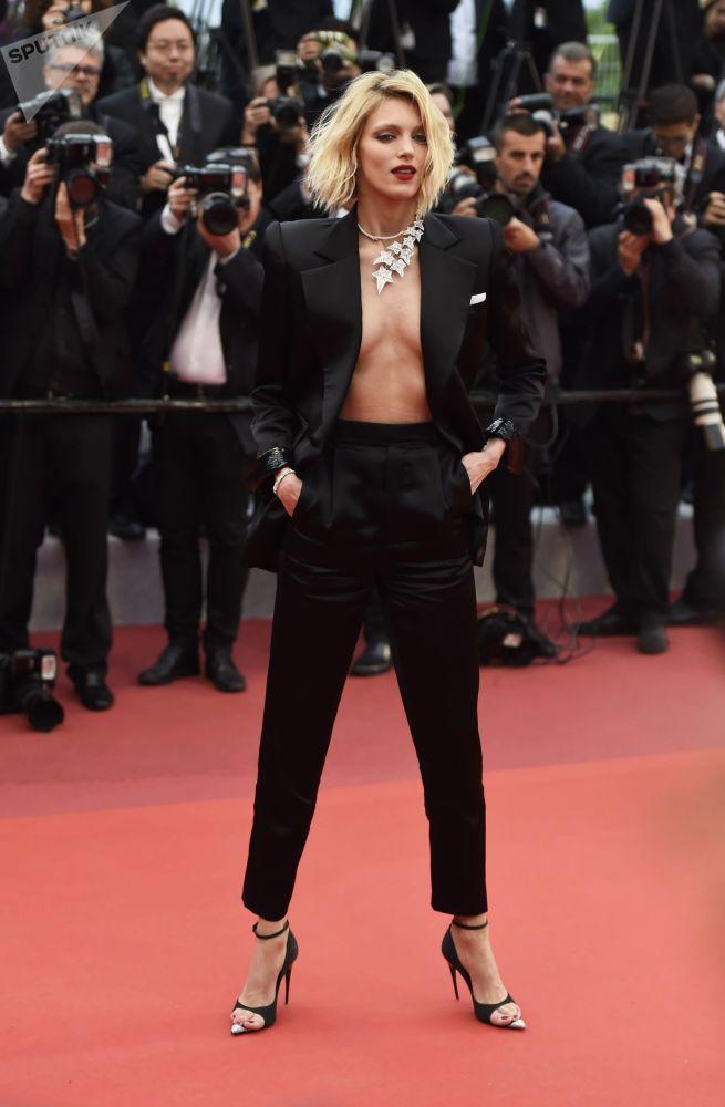 Польская модель Аня Рубик на красной дорожке в рамках 72-го Каннского международного кинофестиваля