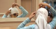 Девушка надевает хиджаб