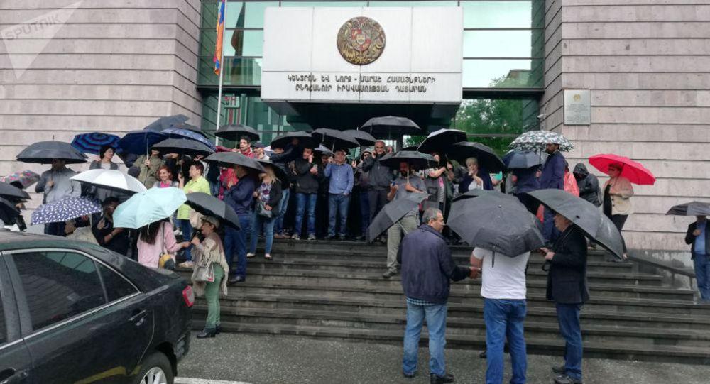 Люди собрались у зданий судов в Ереване