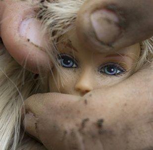 Кукла в руке, иллюстративное фото