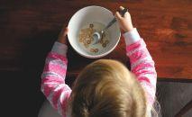 Ребенок за едой, иллюстративное фото