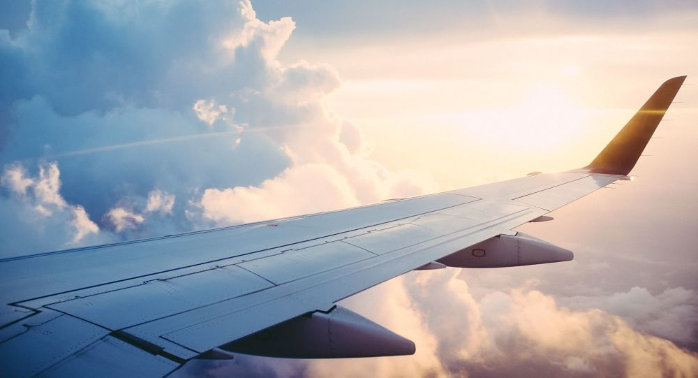 Вид из окна самолета, крыло самолета. Архивное фото