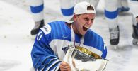 Вратарь сборной Финляндии Кевин Ланкинен на церемонии награждения после победы в финальном матче чемпионата мира по хоккею