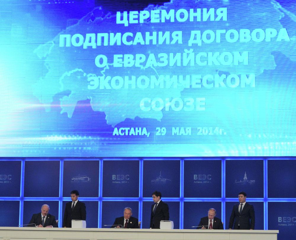 Президенты России Владимир Путин, Казахстана Нурсултан Назарбаев и Беларуси Александр Лукашенко подписывают договор о создании ЕАЭС во время очередного заседания Высшего Евразийского экономического совета в Астане 29 мая 2014 года