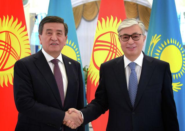 Глава государства Касым-Жомарт Токаев (справа) встретился с президентом Кыргызской Республики Сооронбаем Жээнбековым