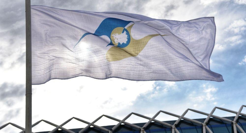 Флаги у Дворца Независимости перед началом юбилейного саммита ЕАЭС