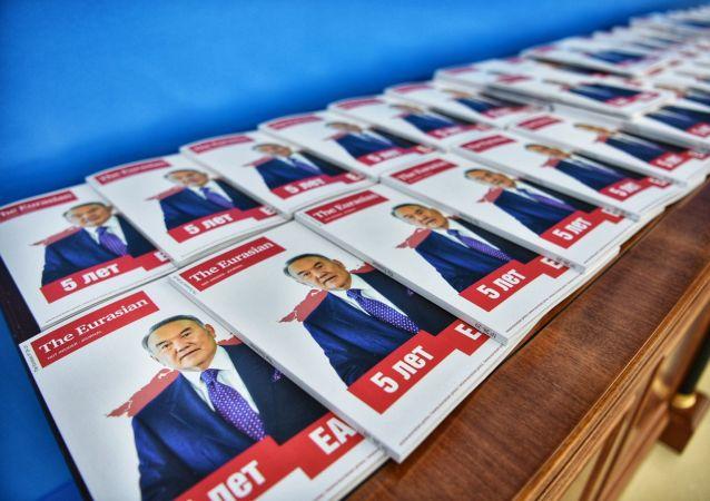 Информационные буклеты с изображением Нурсултана Назарбаева во Дворце Независимости перед открытием юбилейного саммита ЕАЭС