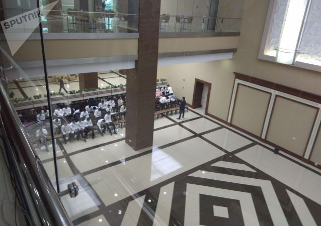 Официанты, приглашенные на заседание Высшего экономического совета