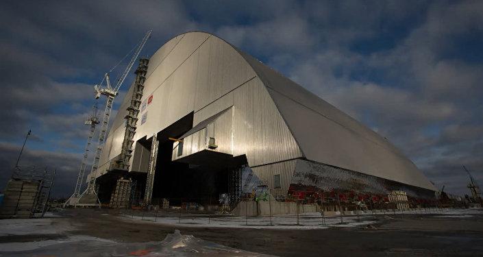 Чернобыль АЭС энергоблогының төбесіне жаңа саркофагтың орнатылуы