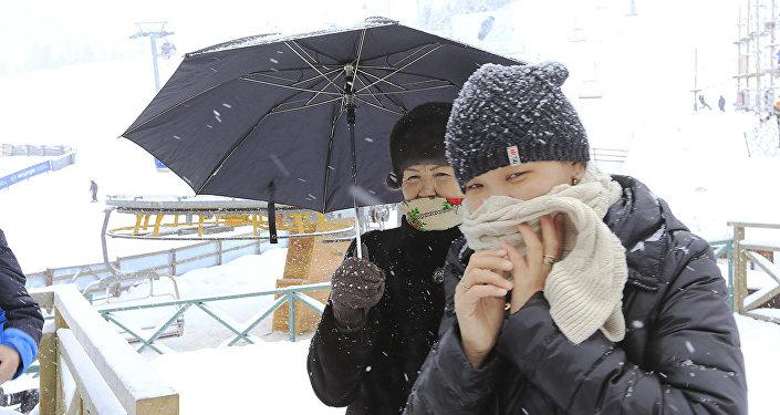 Архивное фото снегопада в Алматы