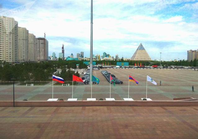 Площадь у дворца Независимости незадолго до начала заседания Высшего экономического совета (ВЕЭС)