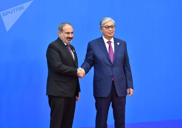 Президент Казахстана Касым-Жомарт Токаев поприветствовал премьер-министра Армении Никола Пашиняна перед заседанием ВЕЭС
