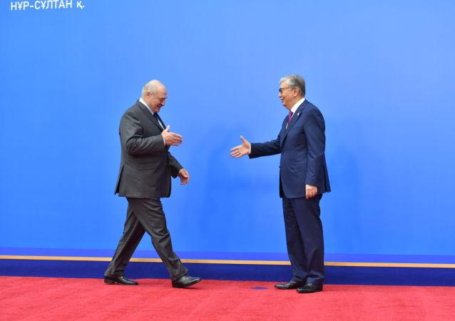 Президент Казахстана Касым-Жомарт Токаев поприветствовал главу Беларуси Александра Лукашенко перед заседанием ВЕЭС