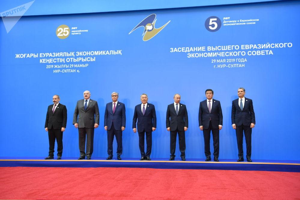 Главы ЕАЭС и Первый президент Казахстана - Елбасы Нурсултан Назарбаев фотографируются перед заседанием ВЕЭС