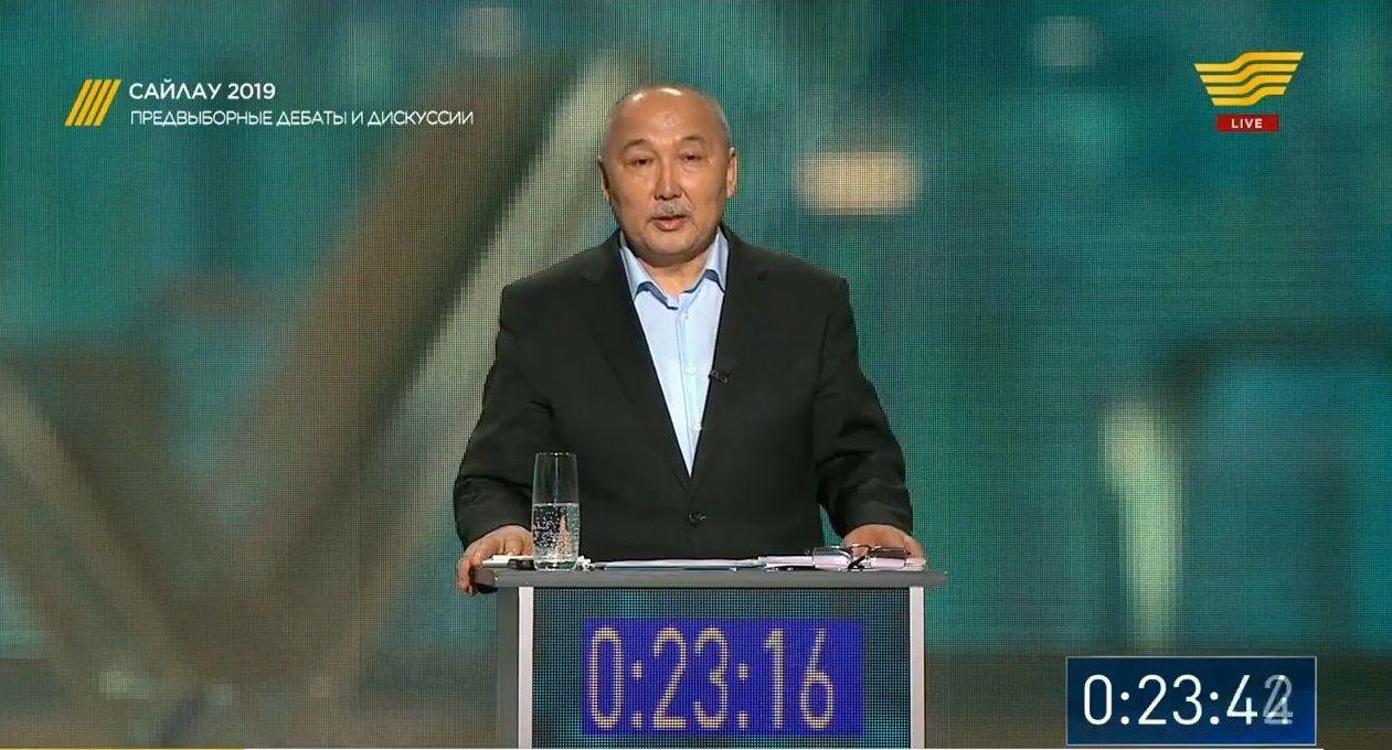 Кандидат в президенты Казахстана Амангельды Таспихов. Кадр из телетрансляции дебатов