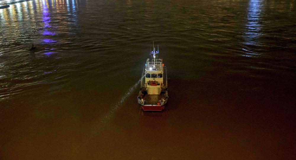 Спасательное судно принимает участие в операции по поиску выживших на реке Дунай в центре Будапешта, где экскурсионный катер столкнулся с другим судном