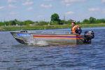 Спасатель на лодке