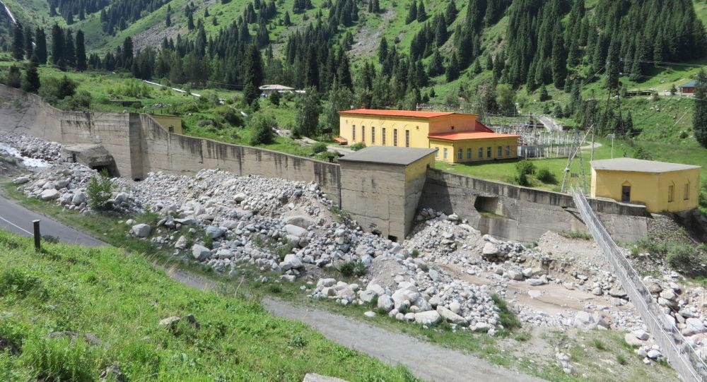 Селезащитная стенка защищает здания ГЭС от селевых потоков