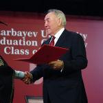 Первый президент Казахстана Нурсултан Назарбаев вручил дипломы выпускникам Назарбаев Университета