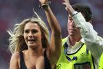 Модель Кинси Волански выбежала на поле во время матча Ливерпуль - Тоттенхэм