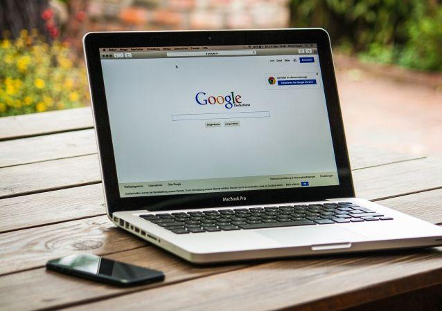 Ноутбук с надписью Google