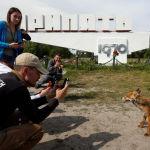 Туристы фотографируют лису в городе Припять у Чернобыльской АЭС