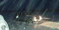 Автомобиль эвакуируют с трассы, архивное фото