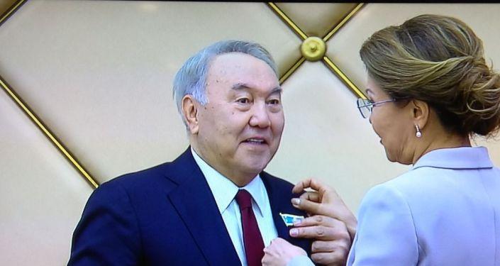 Сенат төрағасы Дариға Назарбаева Елбасы Нұрсұлтан Назарбаевқа Құрметті сенатор төсбелгісін табыстады