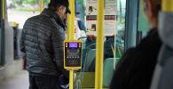 Пассажиры в салоне автобуса, архивное фото
