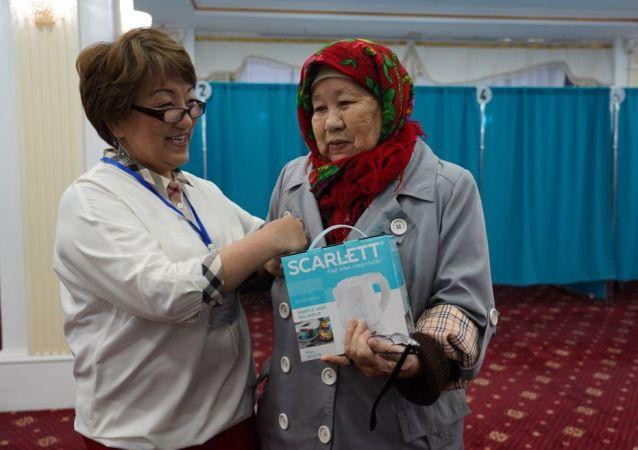 Ханшайым Кулжанкызы первой проголосовала на выборах и получила подарок