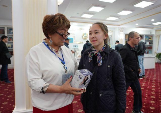 18-летняя Алина Саматова, впервые проголосовавшая на выборах президента Казахстана, получила подарок