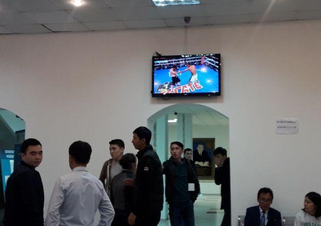 Трансляция поединка Геннадия Головкина и Стива Роллса на избирательных участках в Нур-Султане