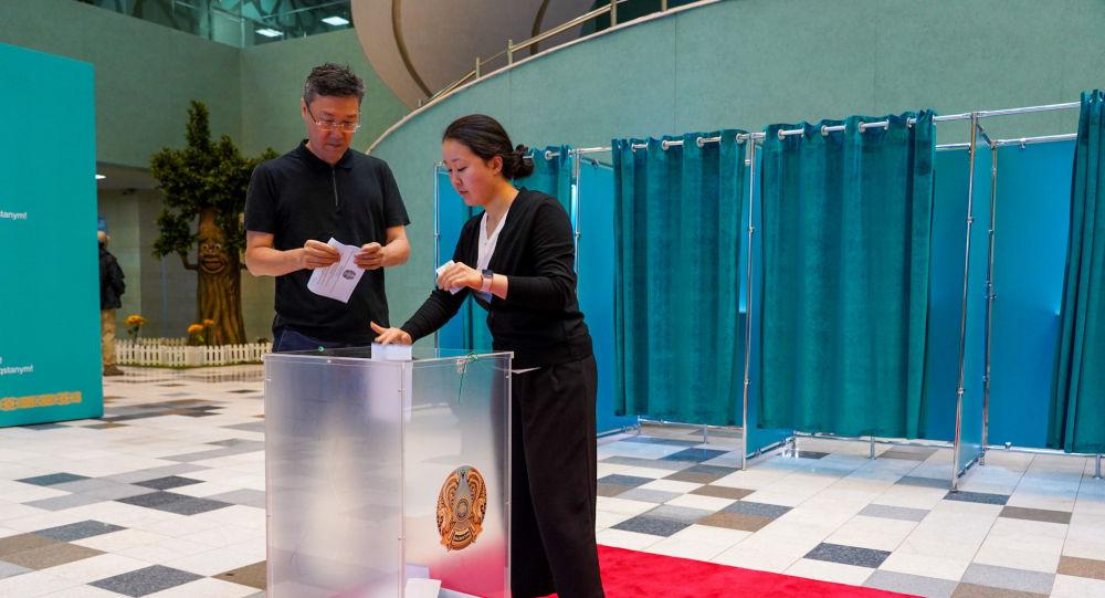 Избиратели на внеочередных выборах президента на участке №58 в г. Нур-Султане