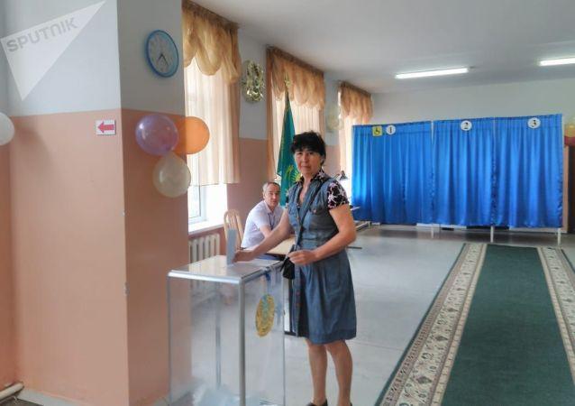 Избиратели в Талдыкоргане на выборах президента Казахстана