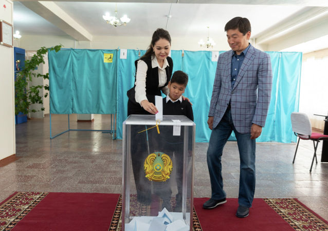 Аким Алматы Бауыржан Байбек пришел голосовать на избирательный участок с супругой Жанар и сыном