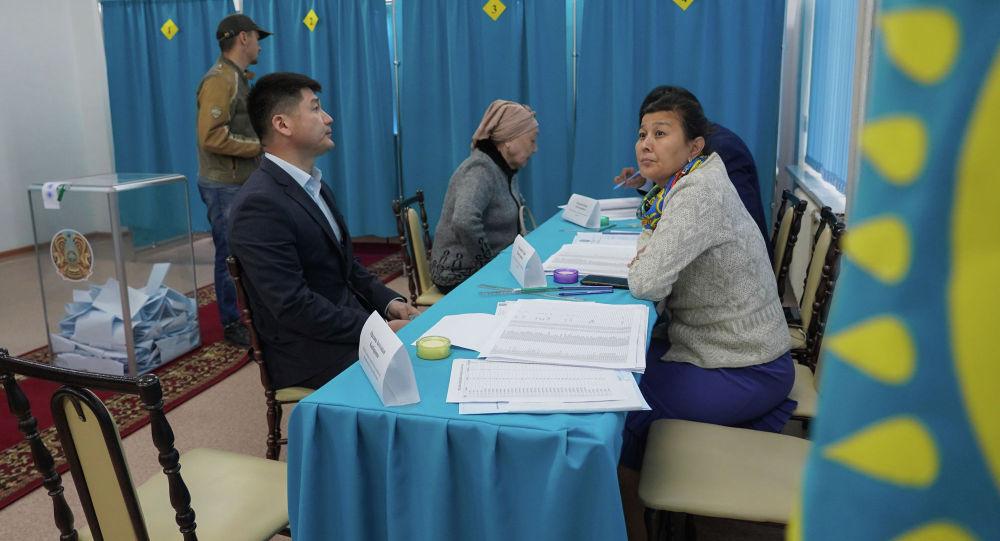 Жители Нур-Султана голосуют на выборах