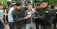 В Алматы задержали журналиста Петра Троценко