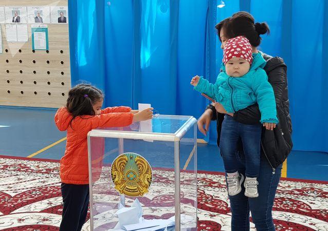Избиратели из молодогомикрорайона Сарыарка в Кокшетау