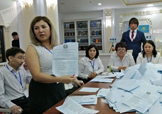 Подсчет бюллетеней на избирательных участках на выборах президента Казахстана  2019
