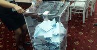 Урна с бюллетенями избирателей на выборах президента Казахстана - 2019