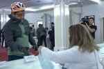 Уф, еле успел: велосипедист проголосовал за минуты до закрытия участка в Нур-Султане - видео