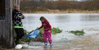 Жители села после наводнения, архивное фото