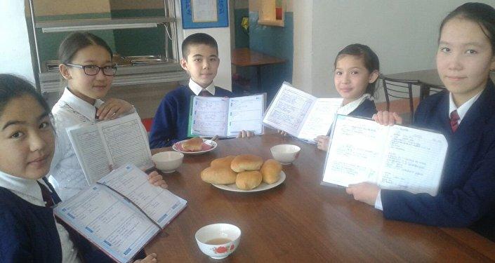 Ученики в столовой