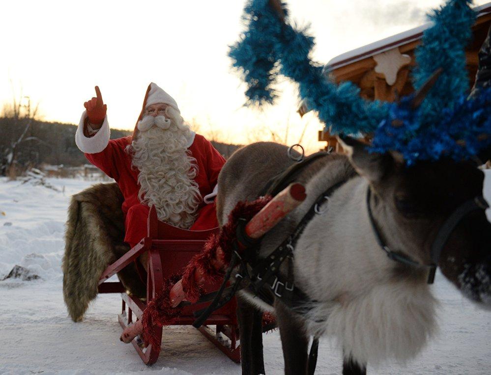 Бұл ретте финдық Санта-Клаус Йоулупукки шанасын бұғыға жегіп алып, серуендеп келеді.