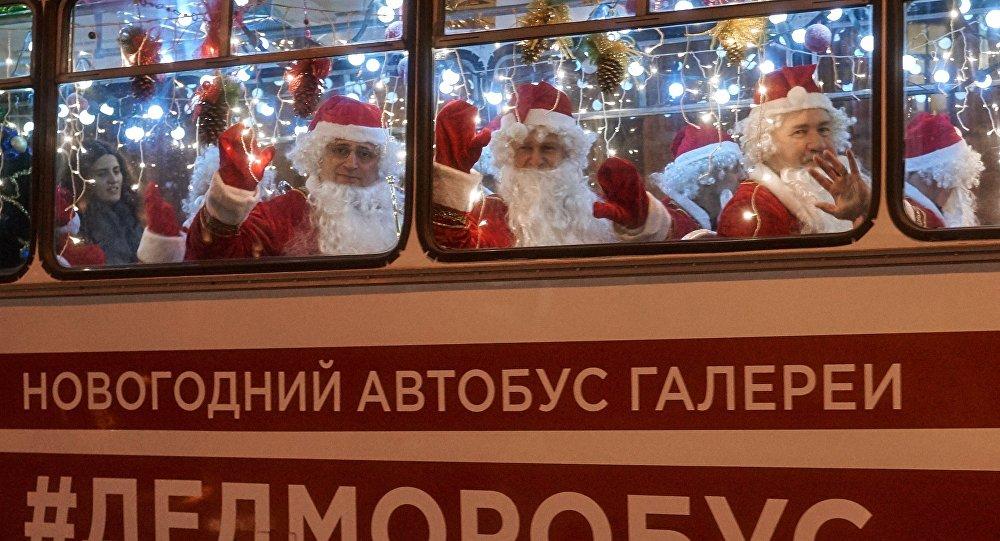 Новогодний автобус с Дедами Морозами