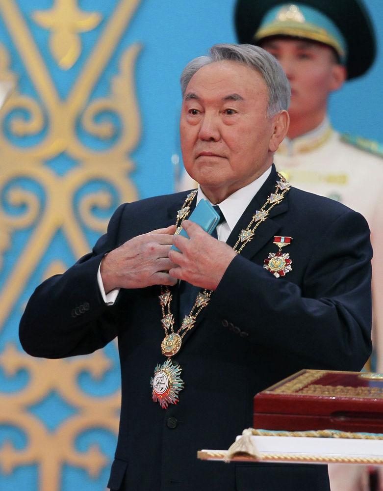 Нурсултан Назарбаев приносит присягу во время церемонии инаугурации президента в столице Казахстана Астане в среду, 29 апреля 2015 года.