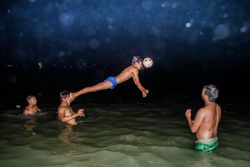 Аянавил Сил, Индия. Решающий момент в матче по водному поло. Спорт/Одиночные фотографии