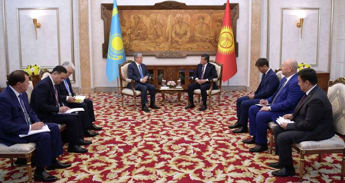 Президент Казахстана Касым-Жомарт Токаев на встрече с президентом Кыргызской Республики Сооронбаем Жээнбековым